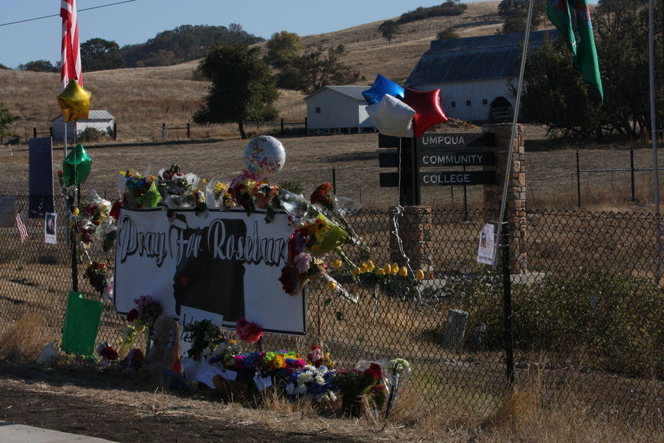 Memorial on the road leading to Umpqua Community College