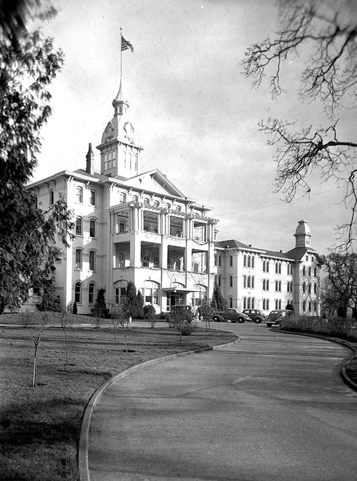 Main entrance of the Oregon State Hospital in Salem, 1940